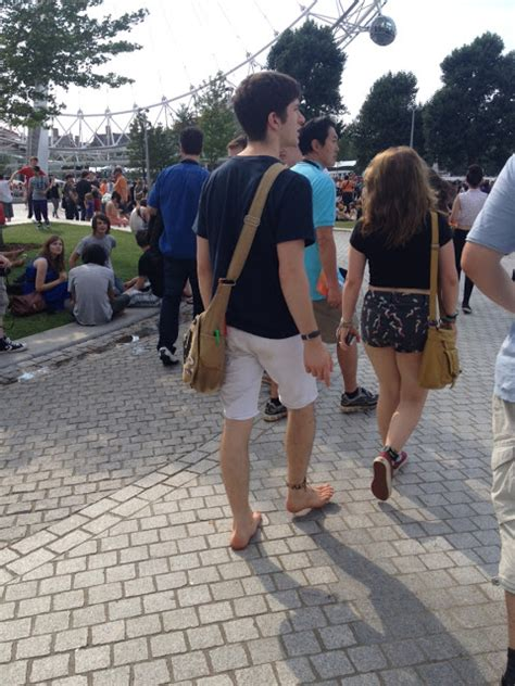 Candid Guys Feet: Young guy barefooting in London